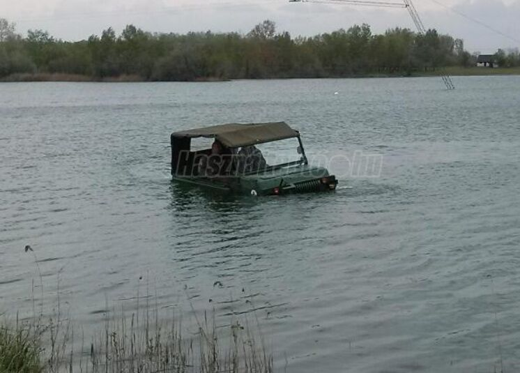 ЛуАЗ-967М способен передвигаться по суше и плавать на воде.