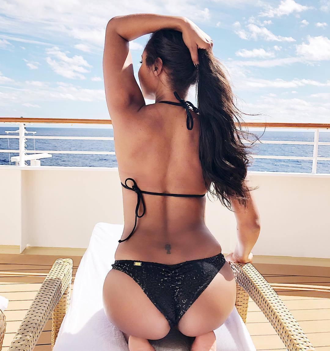 Бренда Роудс загоряє на яхті