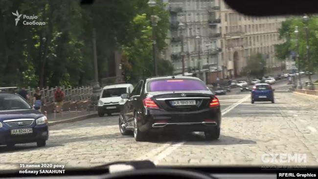 Mercedes, которым пользуется Ермак, проехал через двойную сплошную и повернул на встречную полосу