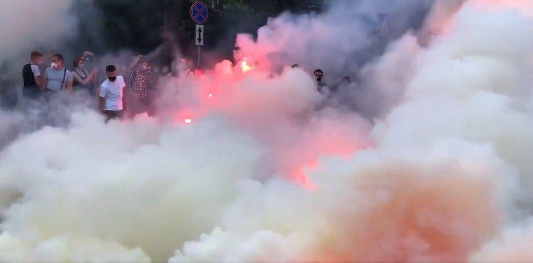 Учасники акції в річницю нападу на Гандзюк запалили фаєри.