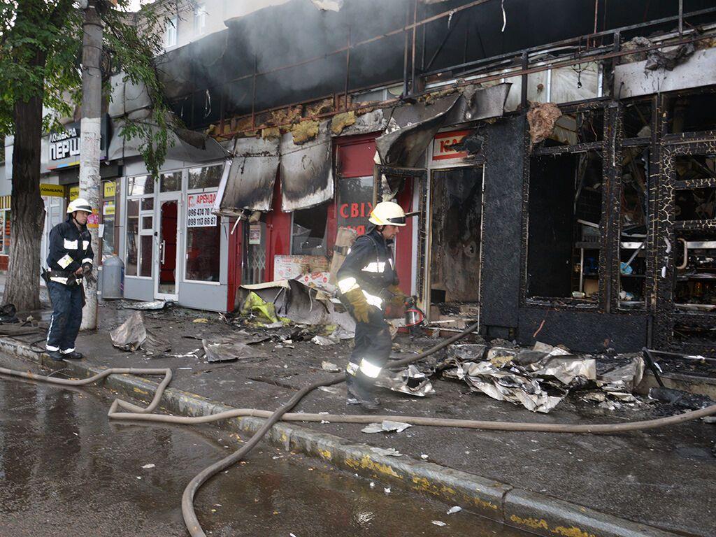 В Днепре огонь уничтожил пять продуктовых киосков. Фото пресс-службы ГУ ГСЧС Украины в Днепропетровской области