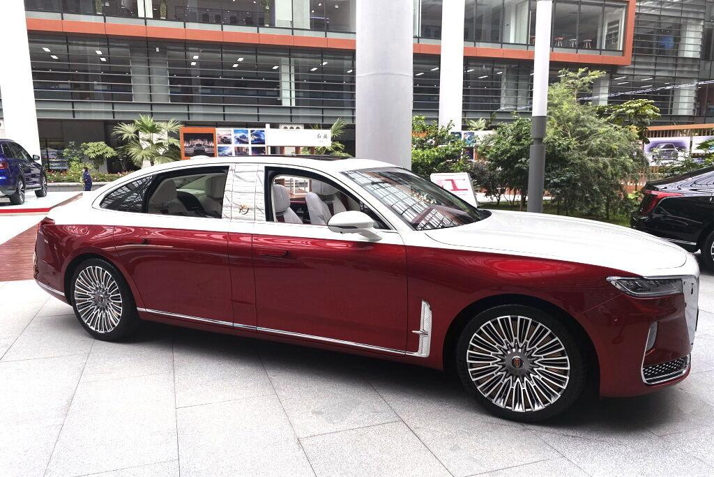 HongQi H9 + отримав нову двухветную червоно-біле забарвлення. фото: