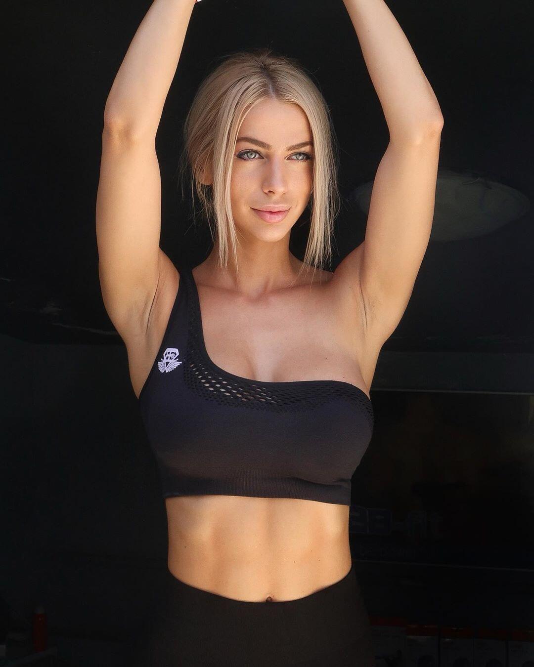Знаменитая фитнес-модель снялась обнаженной