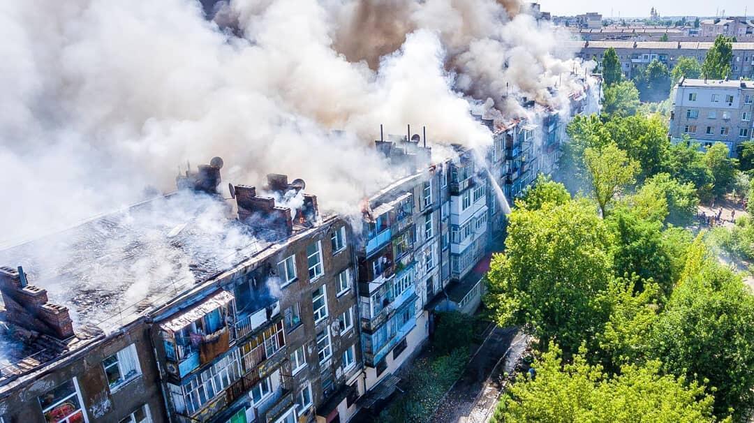 В Новой Каховке мужчина поджег квартиру, огонь охватил всю пятиэтажку. Фото и видео