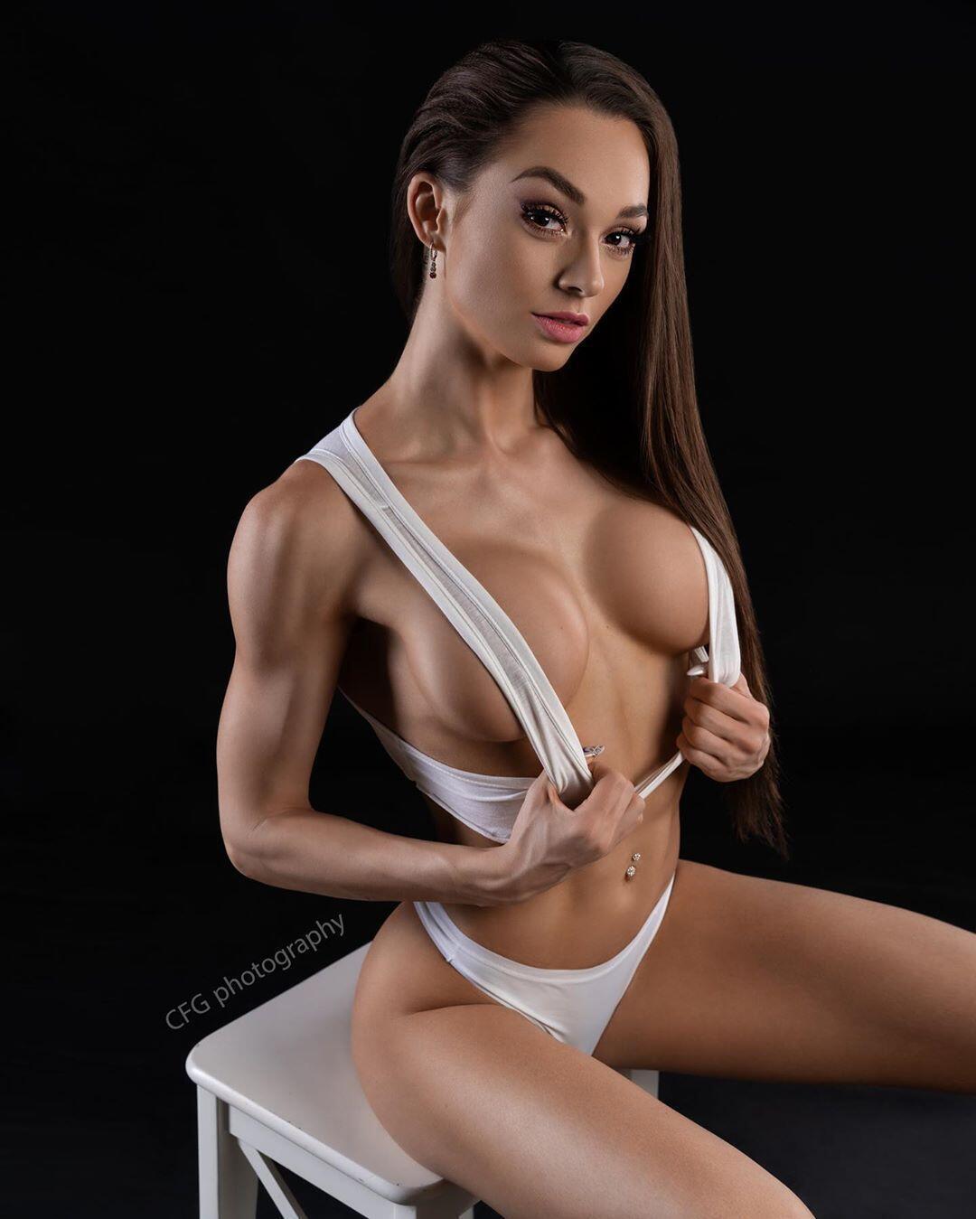 Популярна чеська фітнес-модель знялася в еротичній фотосесії