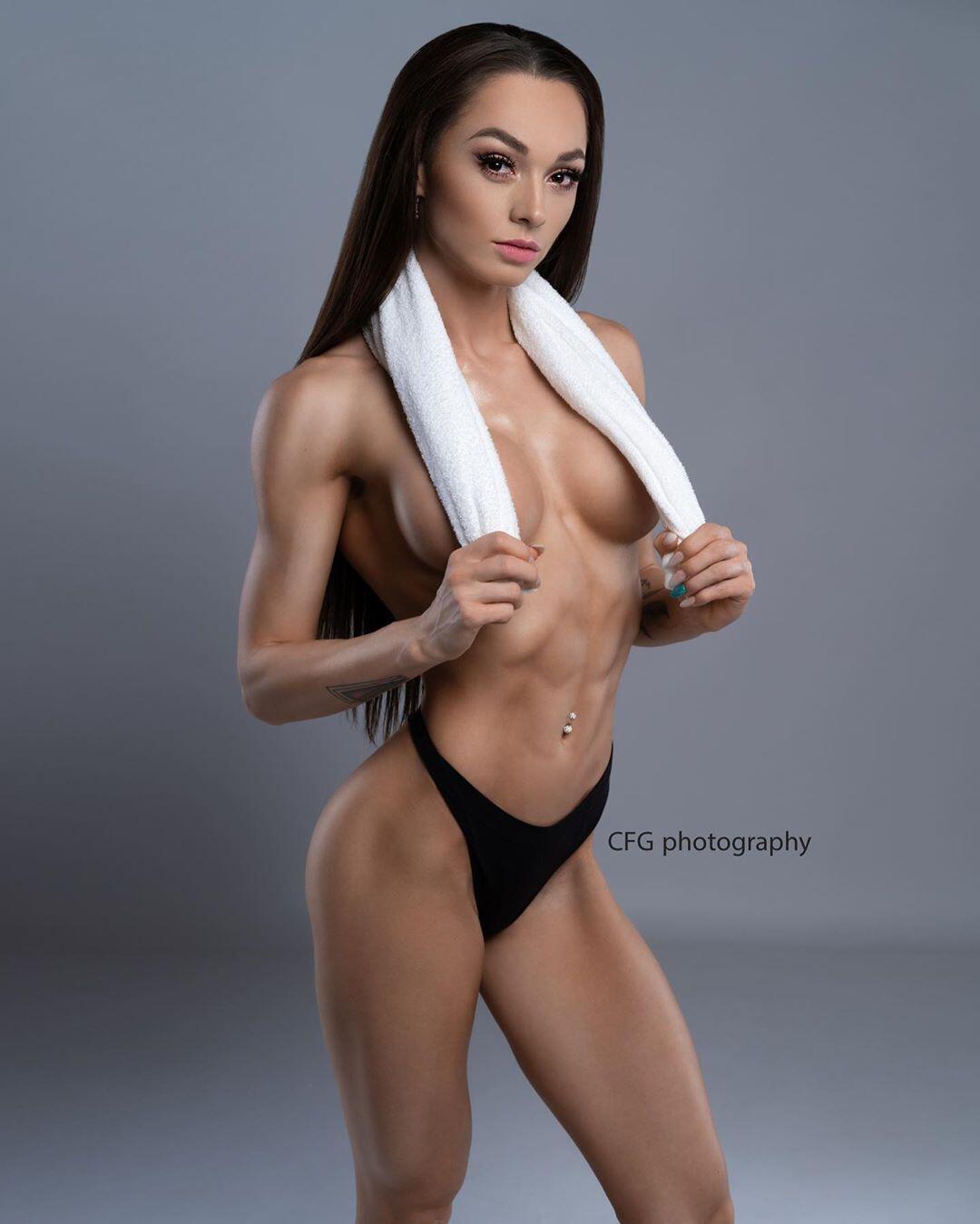 Популярная чешская фитнес-модель снялась в эротической фотосессии