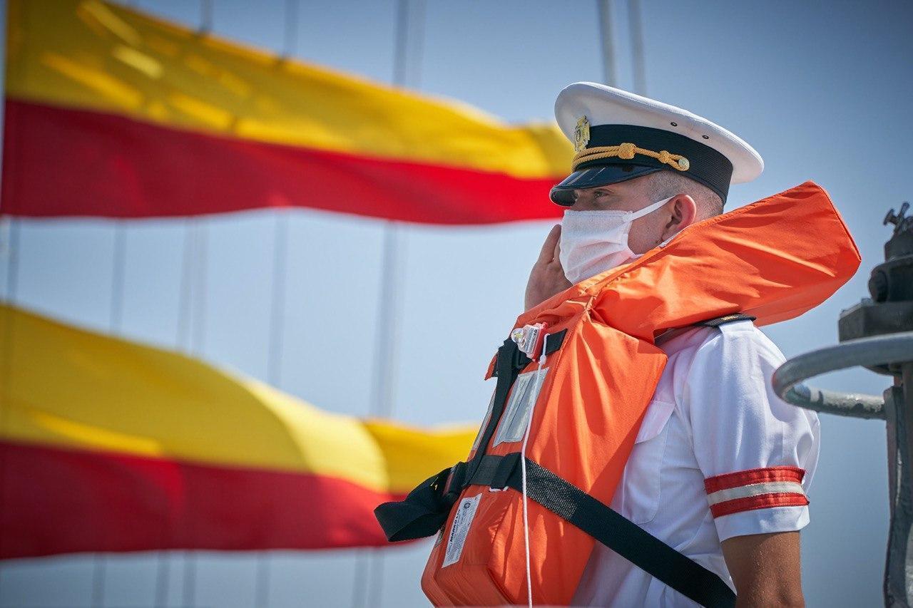 Моряк на палубе военного судна