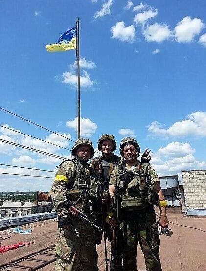 Украинский флаг развевается над горсоветом освобожденного города