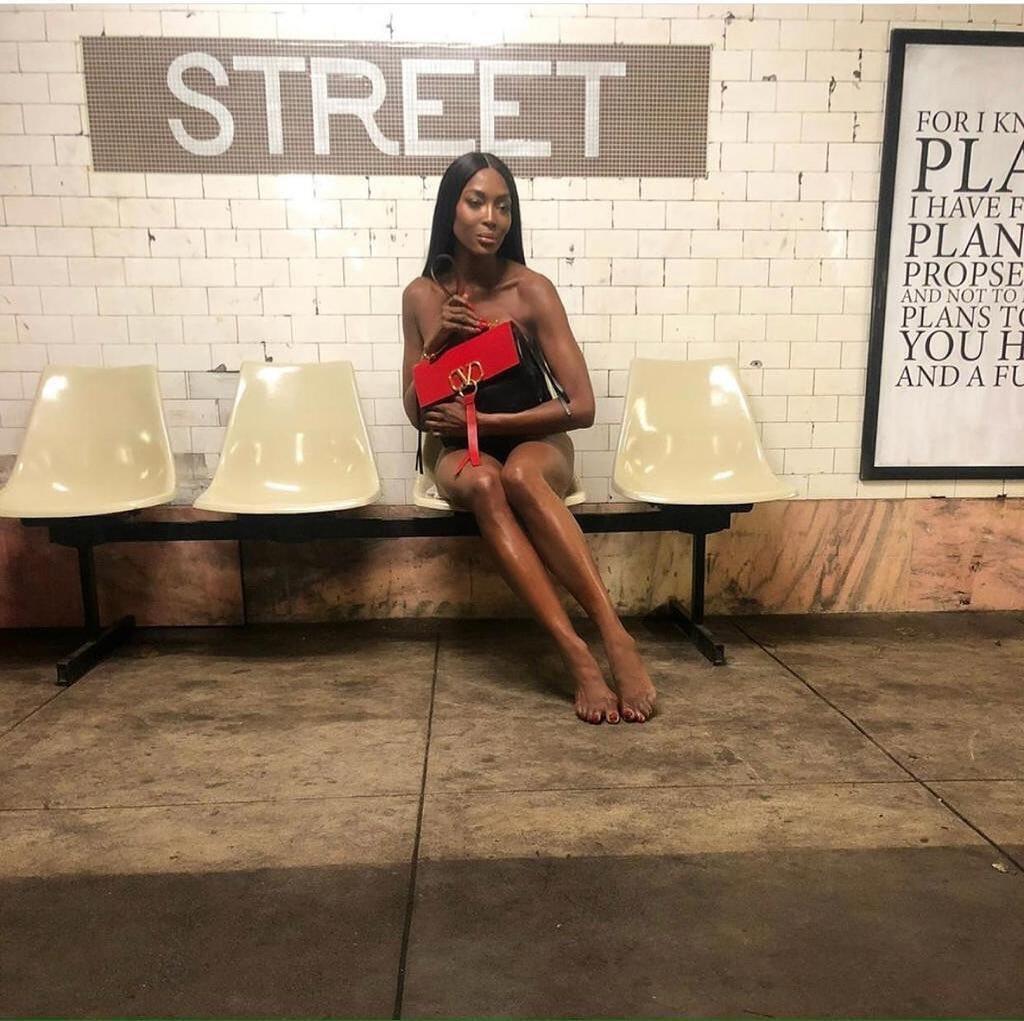 Наоми Кэмбелл снялась обнаженной в метро (Instagram Наоми Кэмбелл)