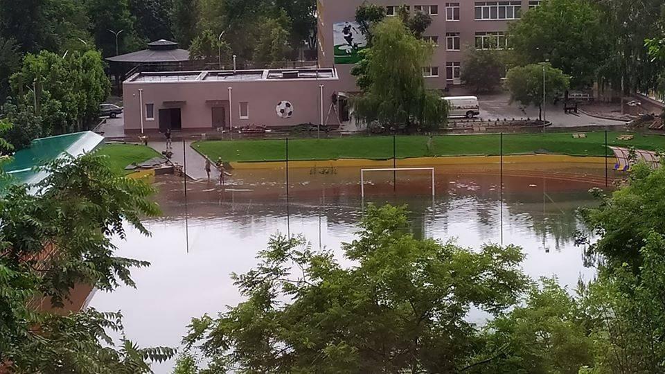 Под Одессой затопило стадион, который открыл Зеленский. Фото