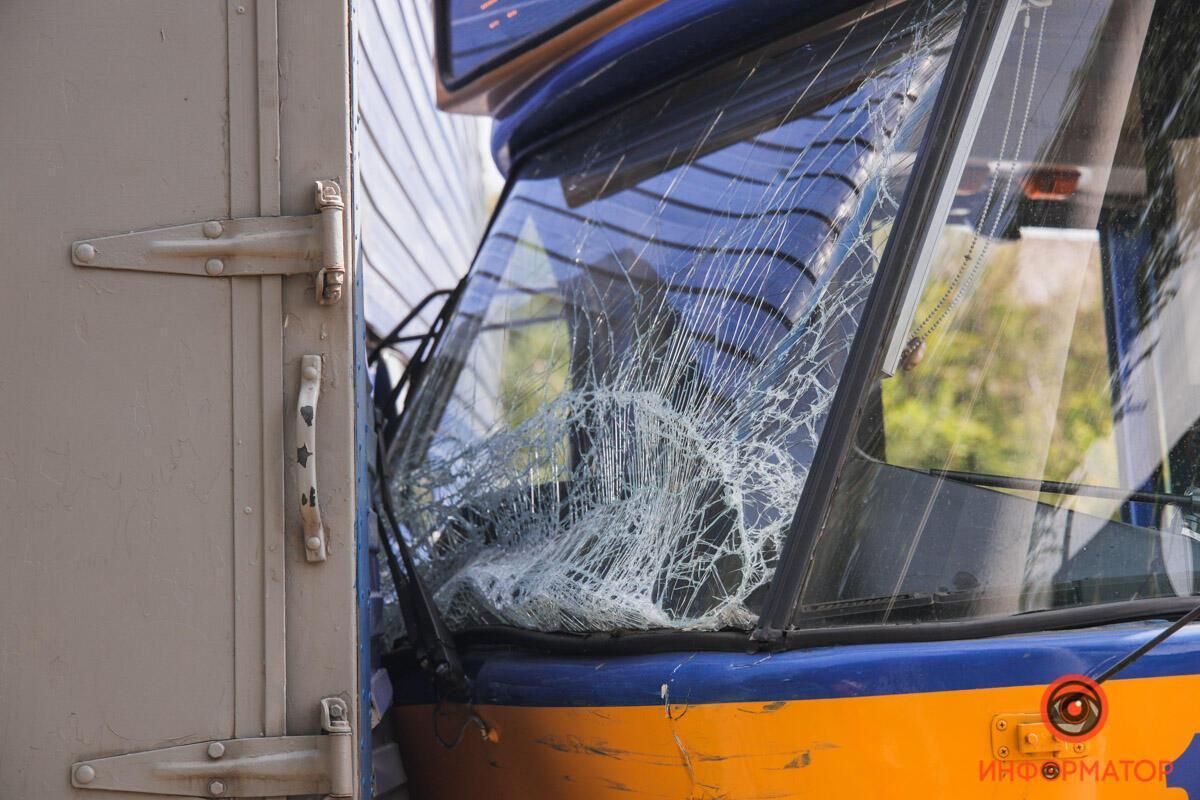 У Дніпрі трамвай з пасажирами влетів у фуру