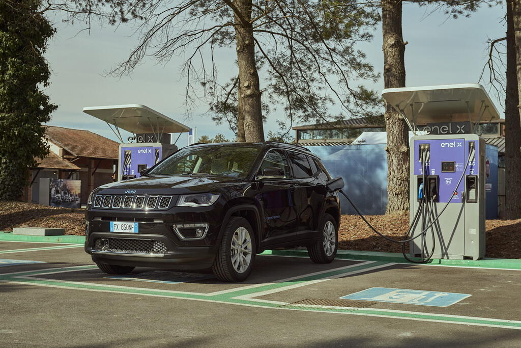 2021 Jeep Compass 4xe Limited. Фото:
