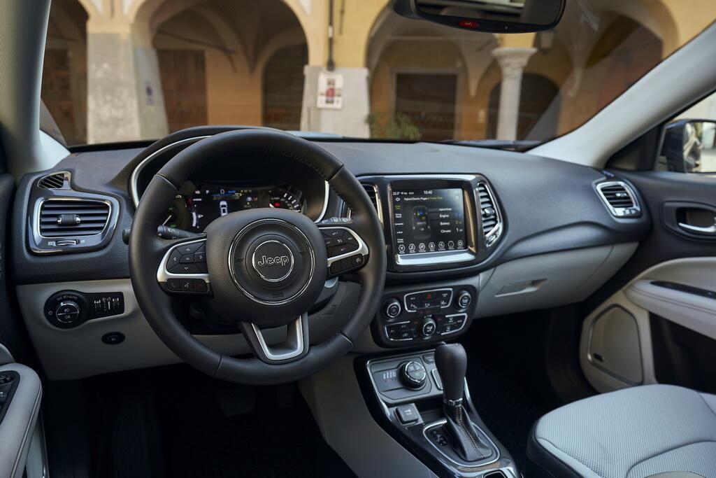 Салон Jeep Compass 4xe Limited. Фото: