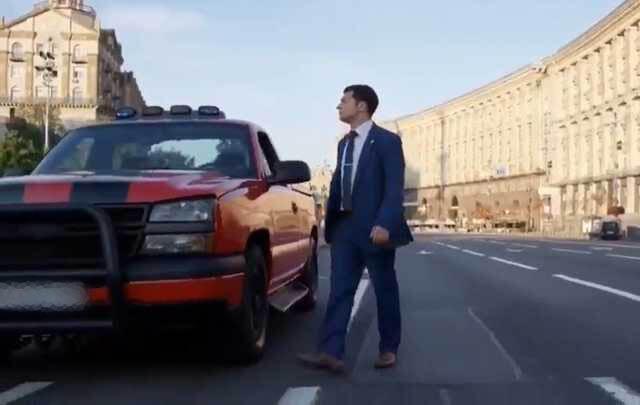 Василий Голобородько рядом с этим автомобилем;