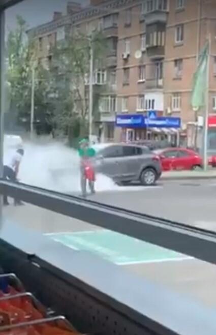 В Киеве на заправке загорелось авто с ребенком внутри.