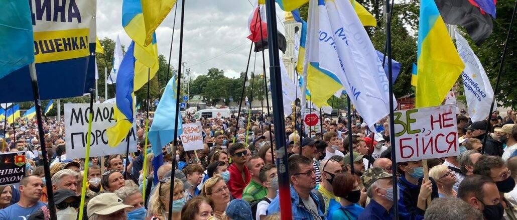 Українці принесли із собою безліч прапорів