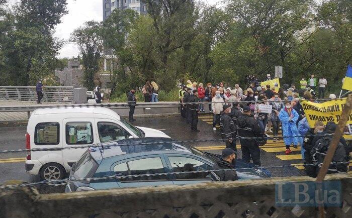 В Киеве митингующие перекрыли мост Метро