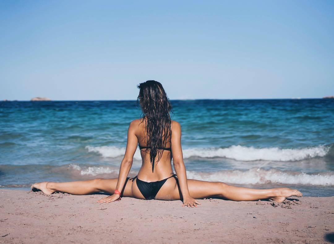 Внучка чемпіонки СРСР знялася топлес на пляжі
