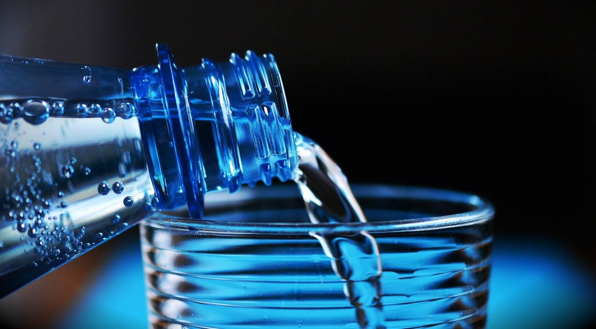 Людям рекомендуют пить чистую привозную воду
