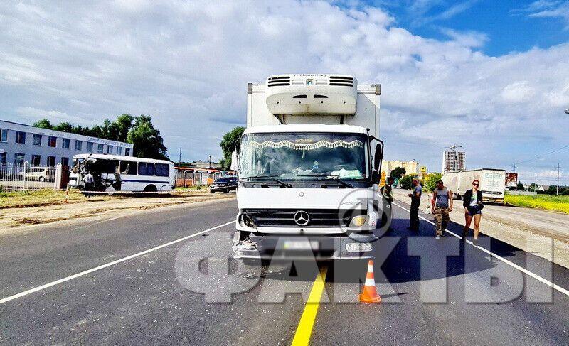 Під Києвом зіткнулися автобус і вантажівка
