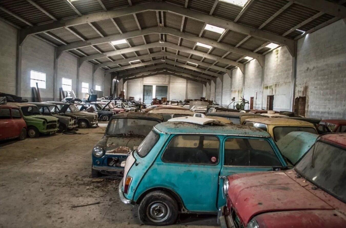 В одном помещении собрали несколько десятков классических авто.