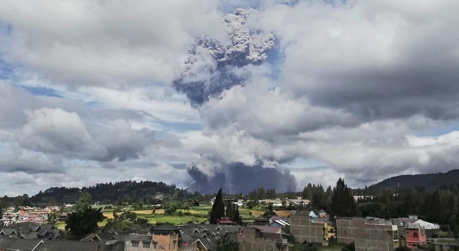 """В Индонезии """"проснулся"""" вулкан Синабунг"""
