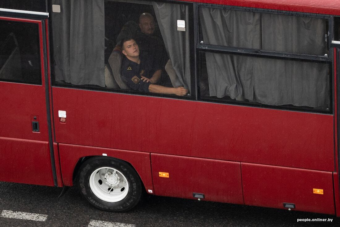 Часть военных направляли в город на автобусах.