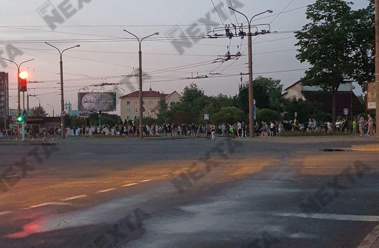 Толпа возле филармонии в Гродно