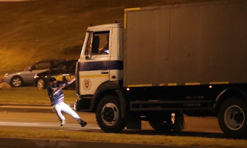 Момент наезда автозака на человека в Минске
