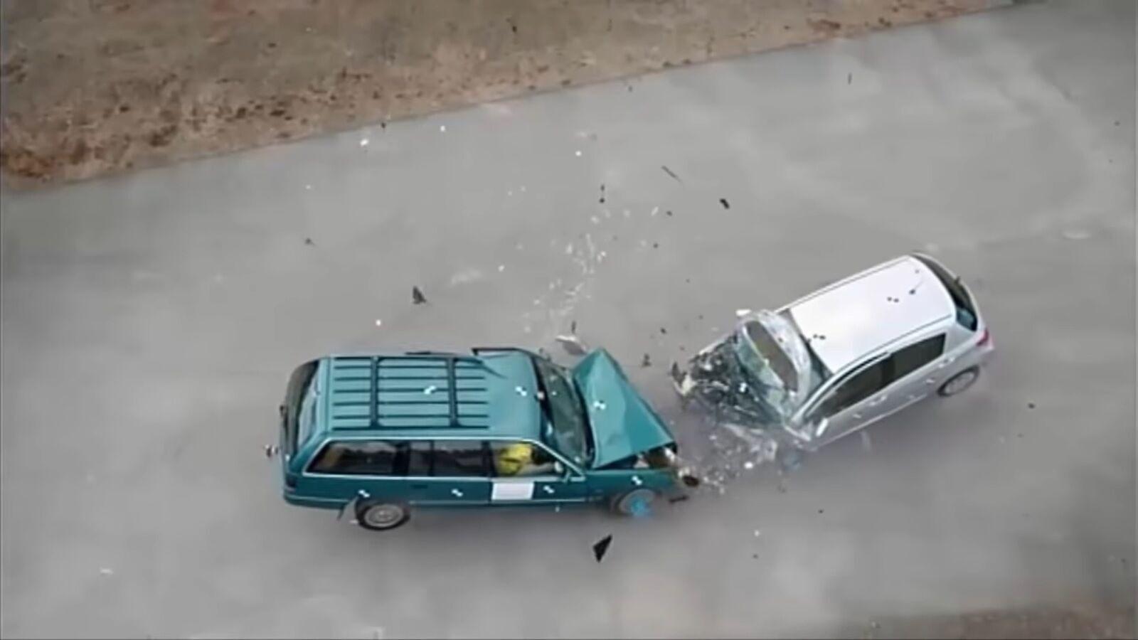 Старое большое авто против нового компактного - какое безопаснее при ДТП.