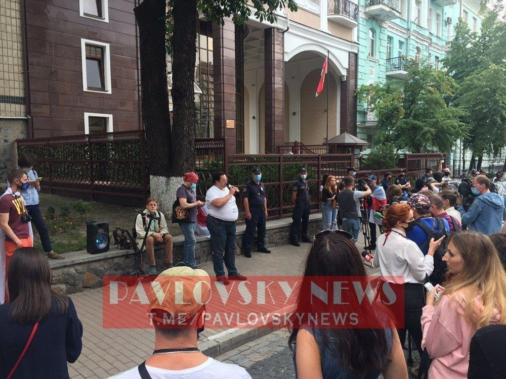 Під посольством Білорусі в Києві зібралися активісти.