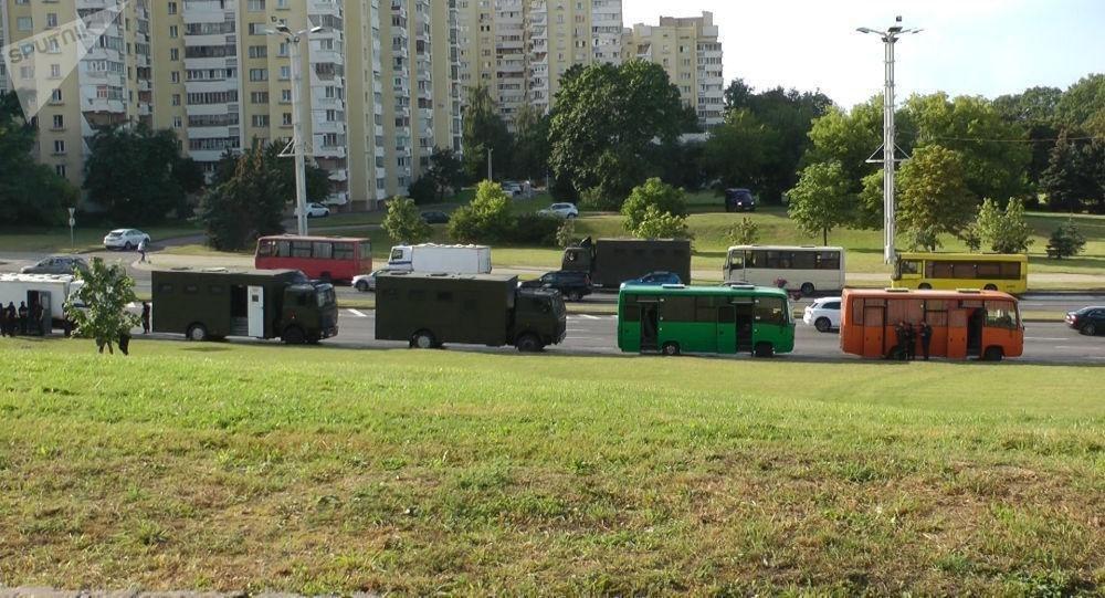 Вдоль проспекта Машерова выстроены автобусы с ОМОНом