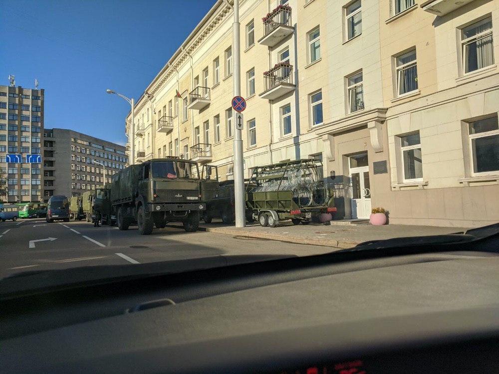 В центре Минска замечены прицепы с колючей проволокой.