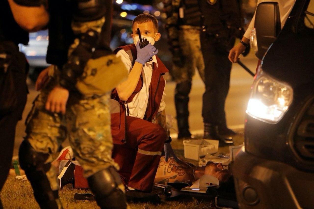 Медики спасают протестующего в Минске
