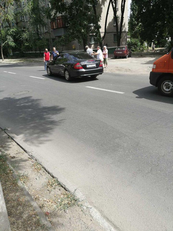 В Днепре водитель избил битой мужчину, который переводил бабушку через дорогу
