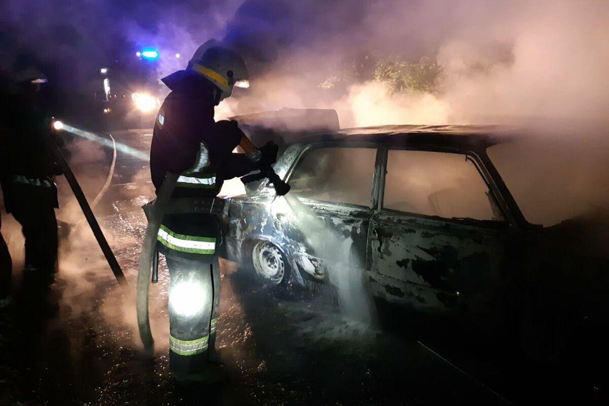 На Днепропетровщине посреди трассы на ходу загорелся автомобиль