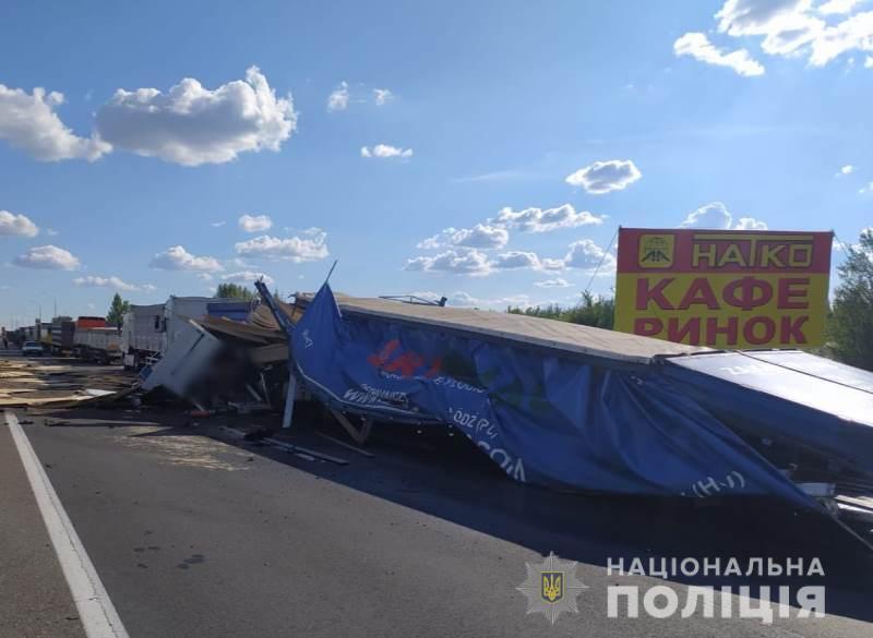 Дві вантажівки зіткнулися в Одеській області