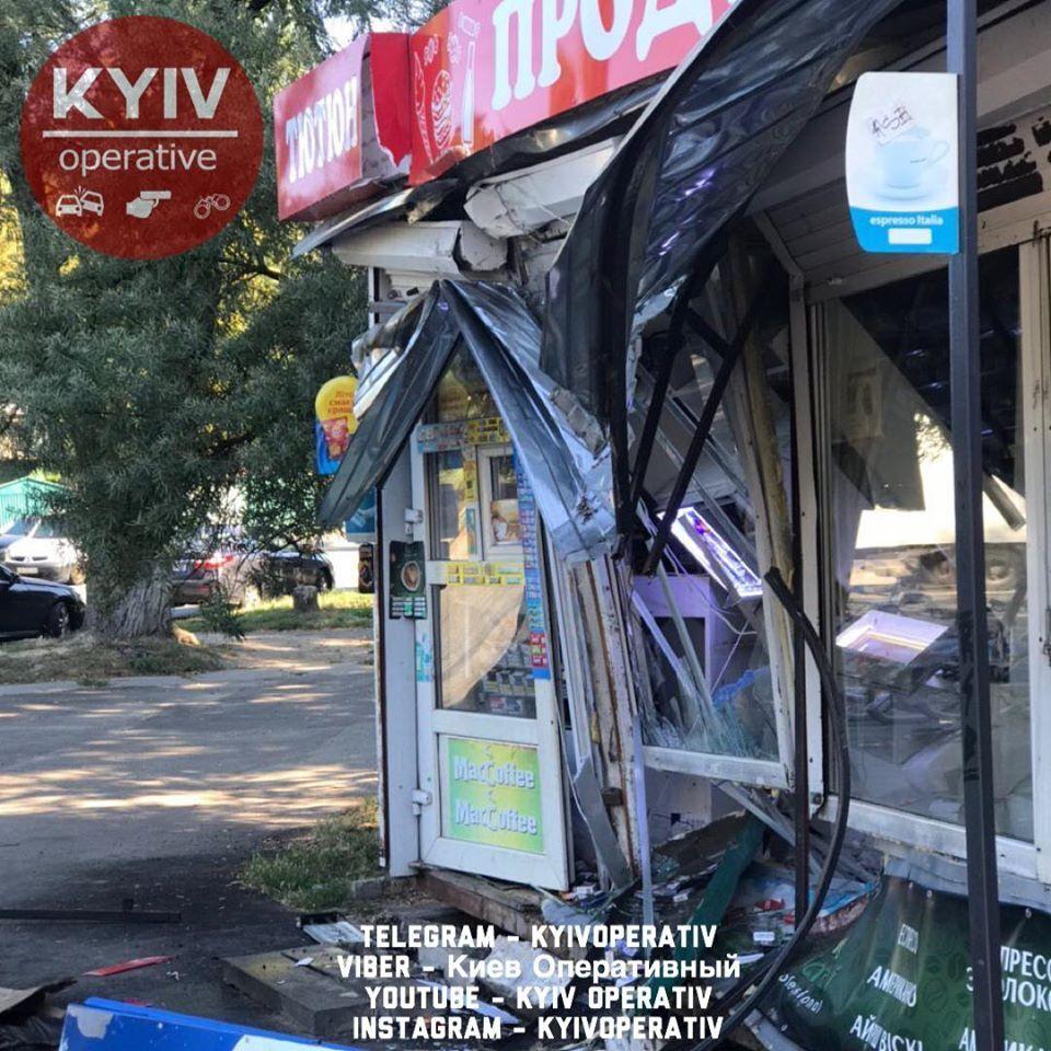 У Києві водій маршрутки задрімав за кермом і врізався у МАФ