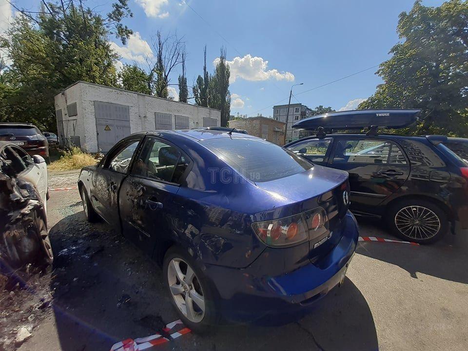 У Mazda, яка стояла поруч, обгорів бік