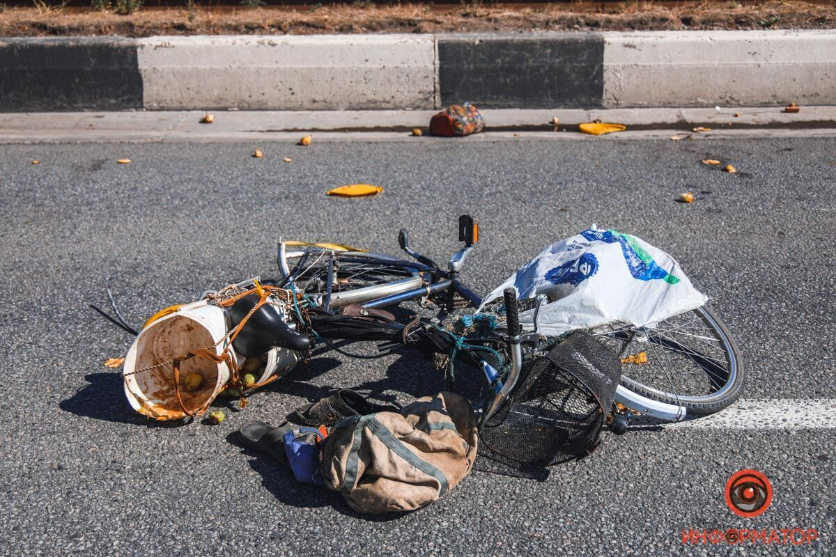 У Дніпрі на мосту фура збила велосипедиста: момент ДТП потрапив на відео
