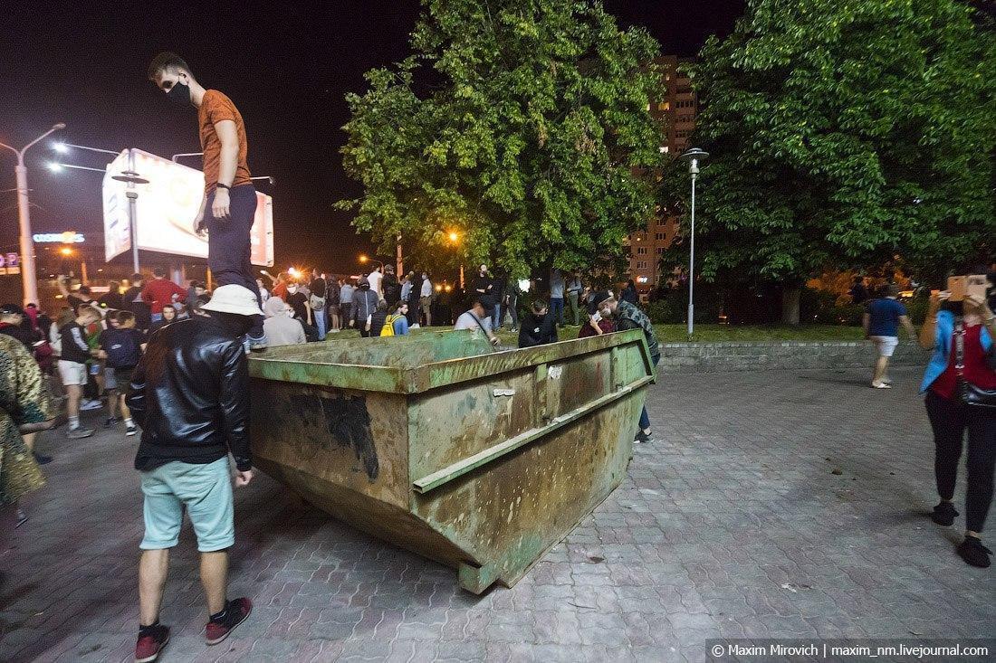Баррикада в районе улицы Коласа в Минске.