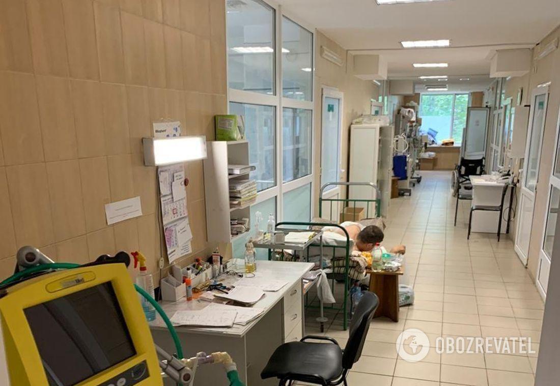 В отделении интенсивной терапии не хватает мест – пациент лежит в коридоре