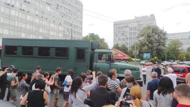 Активисты перегородили выезд из здания суда автозак