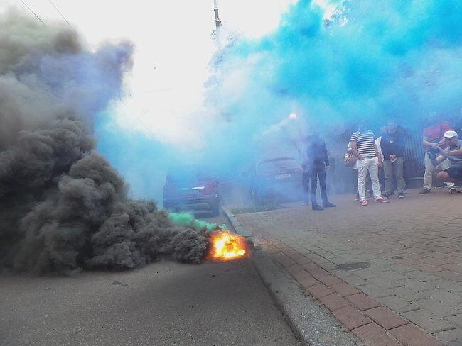 Активисты зажгли файеры у здания суда