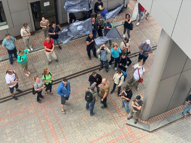 Десятки активистов пришли поддержать Антоненко под здание суда