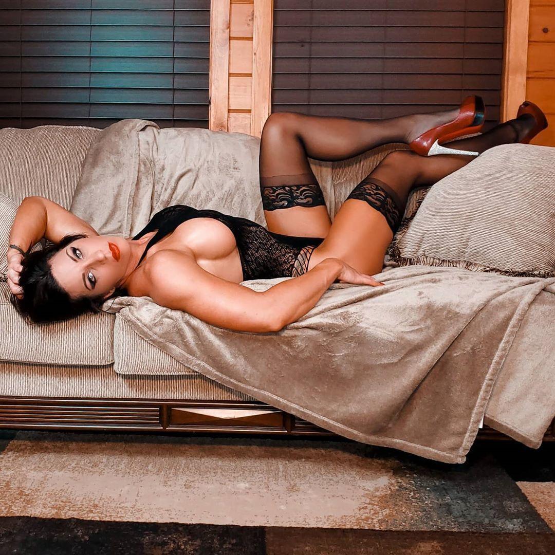 Бэт Рэйвен на кровати в чулках
