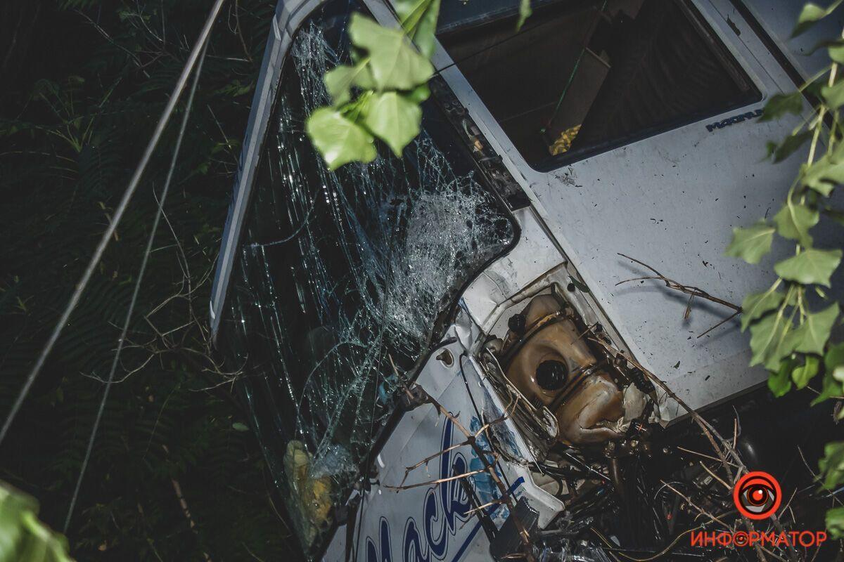 У Дніпрі фура після ДТП вилетіла в кювет: водій дивом врятувався