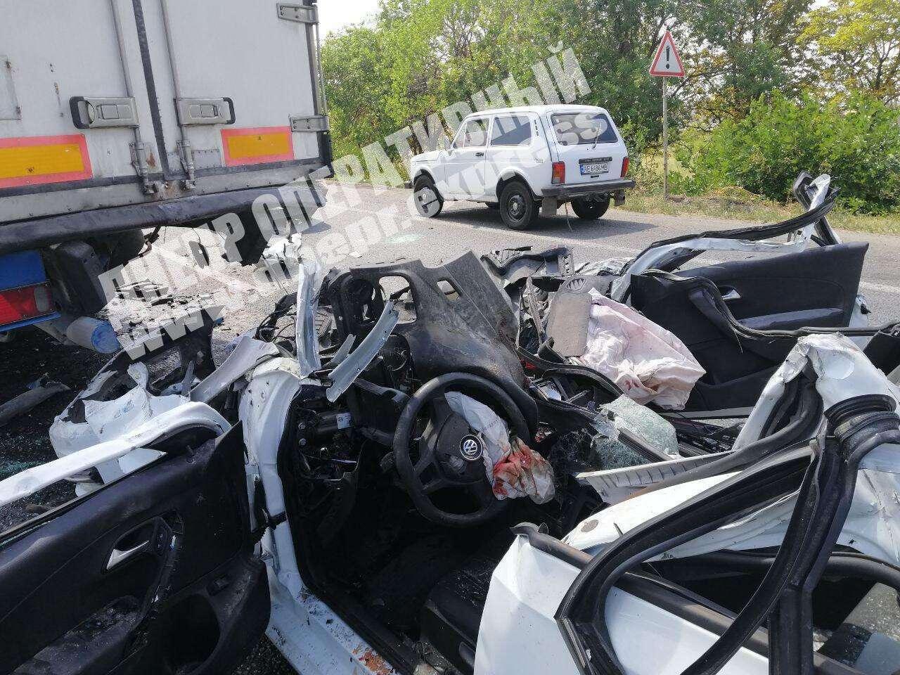 Під Дніпром легковик влетів під фуру: водій загинув на місці