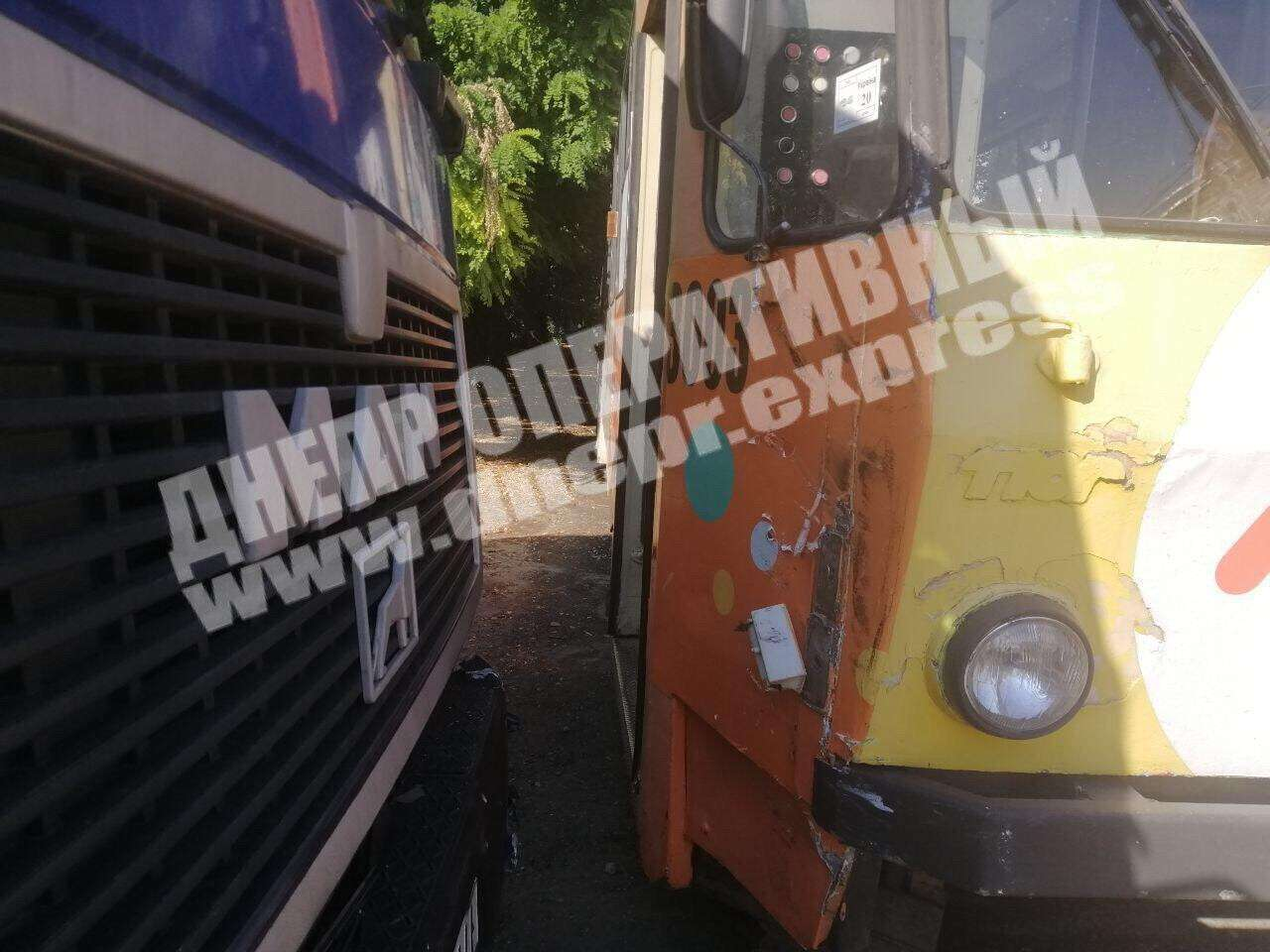 У Дніпрі вантажівка врізалася в трамвай: постраждала жінка