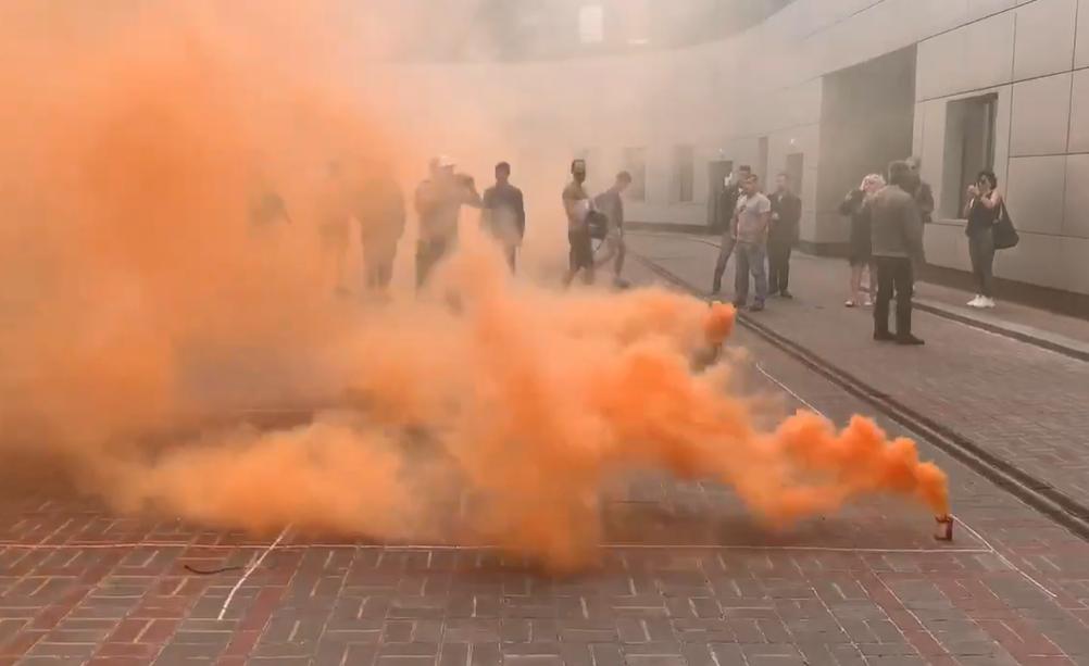 Активисты зажгли файеры у здания суда в Киеве